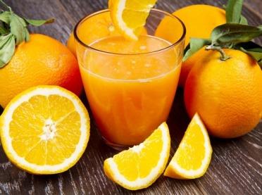 Dlaczego warto pić sok ze świeżych pomarańczy?