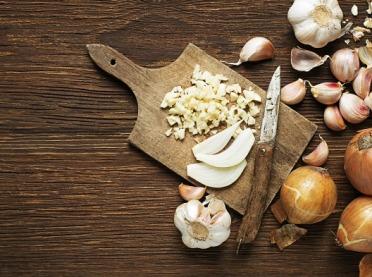 Dlaczego warto jeść czosnek i cebulę?