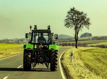 Samojezdna maszyna rolnicza na drodze
