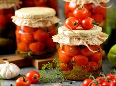 Przeciery, dipy, sałatki i kiszonki - czyli najlepsze na jesień przetwory z pomidorów