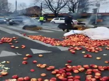 Niezapowiedziany strajk rolników – palenie opon, rozrzucone jabłka…