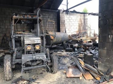 Spłonął budynek i dwa ciągniki