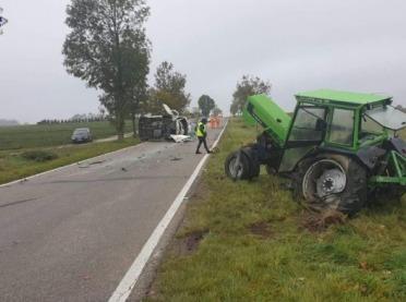 Bus zaczepił o ciągnik. Traktorzysta wypadł z pojazdu