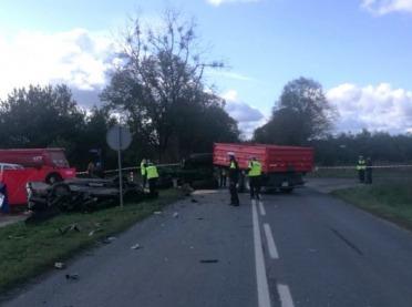 Kierowca mercedesa zderzył się z ciągnikiem. Nie żyje