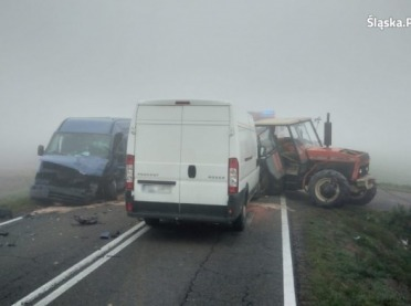 Zderzenie we mgle. Dwa busy wjechały w ciągnik rolniczy