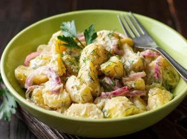 Sałatkowe ziemniaki, czyli NIEzwykła odsłona kartofli - przepisy na sałatki ziemniaczane