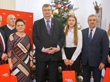 Uczniowie szkół rolniczych wspólnie z ministrem udekorowali choinkę