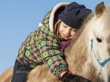 Hipoterapia – dla kogo przeznaczona jest terapia z koniem?