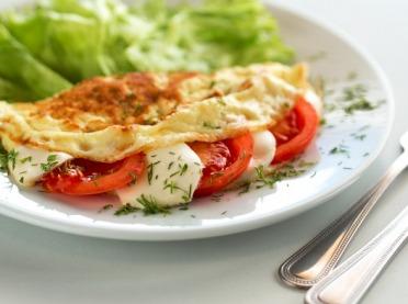 Śniadaniowe wariacje - przepis na puszysty omlet w wersji na słodko i na słono