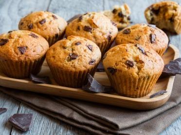 Przepis na delikatne, waniliowe muffiny z kawałkami czekolady