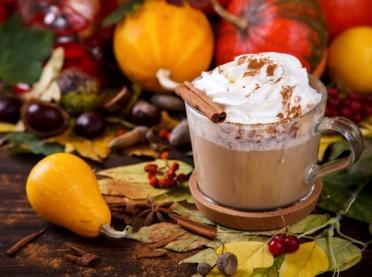 Rozgrzewające napoje i koktajle na jesień
