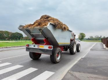 Rozrzucał obornik na... gminnej drodze