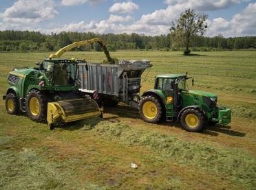 Trudny sezon zbioru traw – jak poradzić sobie z lepkim materiałem?