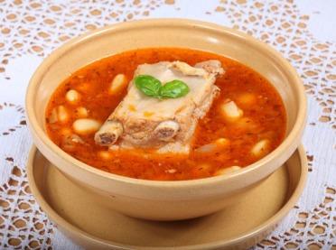 Domowa zupa fasolowa na żeberkach – przepis babci Zosi