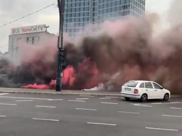 Rolnicy odpalili race - protest w Warszawie